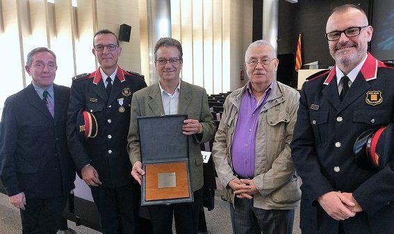 Els Mossos d'Esquadra lliuren una placa a la Fundació en reconeixement de la tasca de l'entitat,