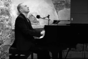 "El pianista i cantant Luke Sandford interpreta al piano el famós tema de Cole Poter ""Night and day""."